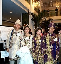 Velsignelse for fred: par i sine nasjonaldrakter
